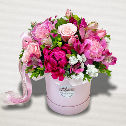 Коробка с пионами и розами