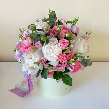 Цветы в коробке с белыми пионами.