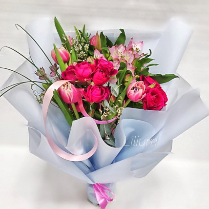 Букет из тюльпанов и кустовых роз