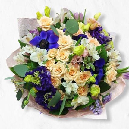 Букет 70 от флориста в кремово-синих тонах