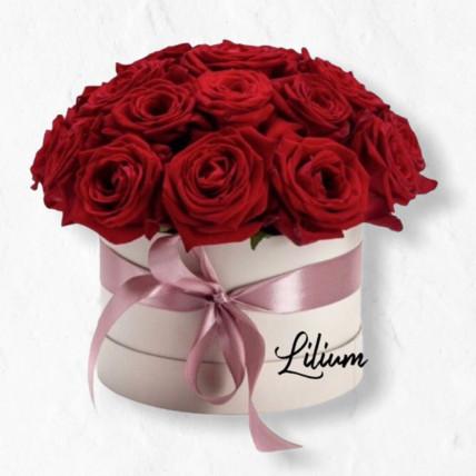 Цветы в коробке из красных роз