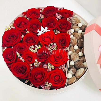 Коробка цветов из роз со сладостями
