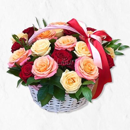 Корзина из разноцветных роз