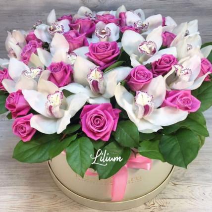 Цветы в коробке с орхидеей