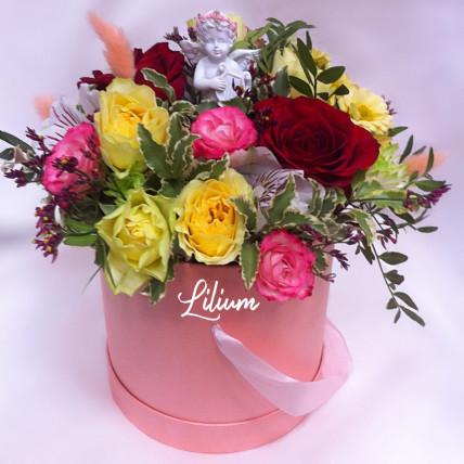 Цветы в шляпной коробке с ангелом.