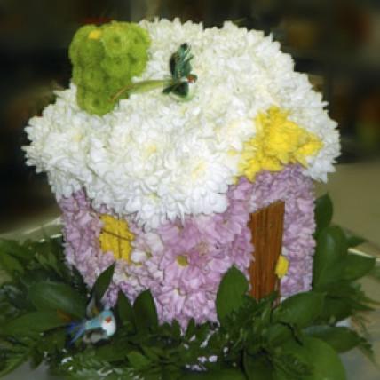 "Фигурка из цветов ""Наш дом"""